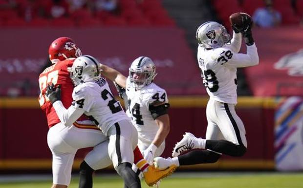 L'intercetto di Jeff Heath (Raiders) contro i Chiefs. Ap
