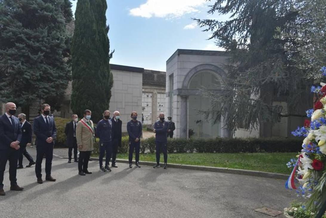 Le delegazioni di Olanda e Italia al cimitero di Bergamo. Ansa