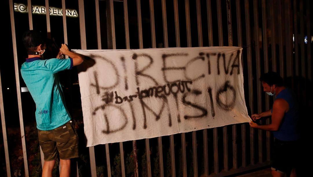Striscione di protesta contro Bartomeu dei tifosi del Barcellona. Epa