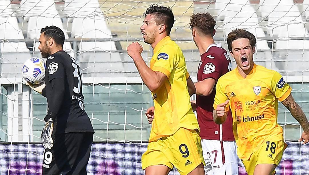 La gioia di Simeone e Nandez dopo il secondo dei tre gol del Cagliari al Toro. Lapresse