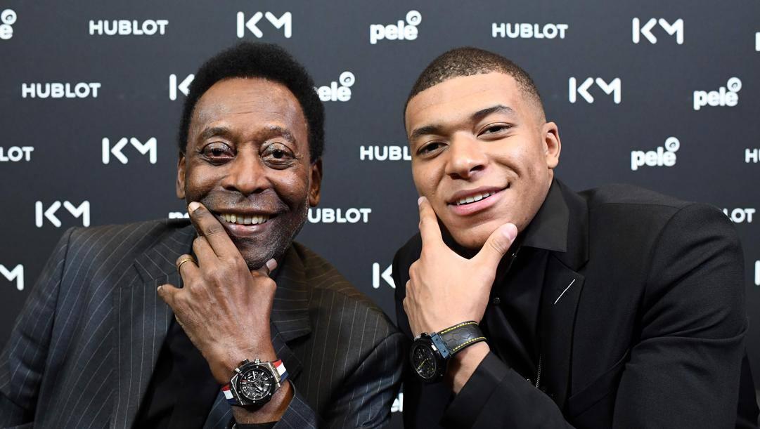 Pelé, icona senza tempo, e Mbappé, icona dei nostri giorni, posano assieme per lo sponsor. Afp