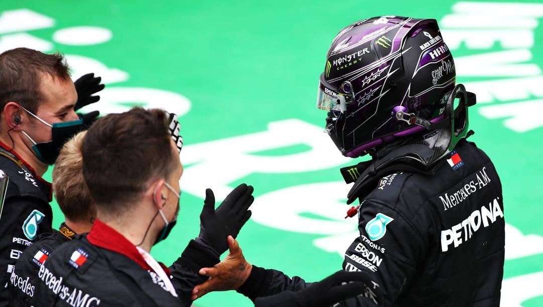 Lewis Hamilton congratulato dai meccanici Mercedes dopo la vittoria n° 92