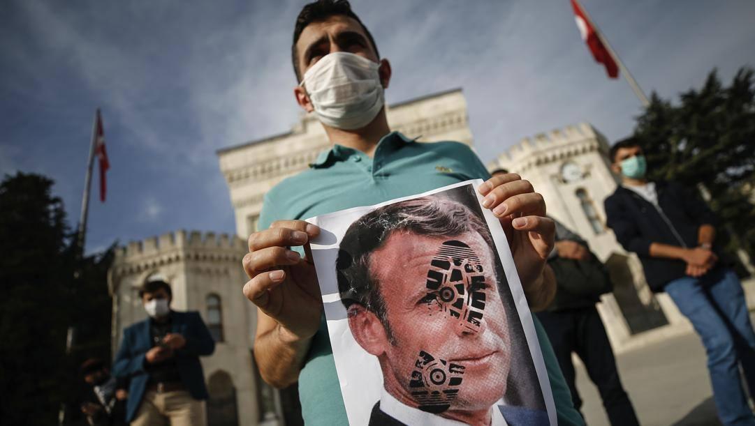 Un giovane protesta a Istanbul contro la Francia. Ap