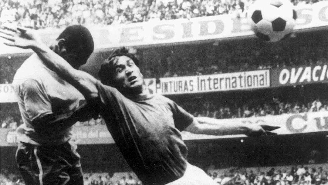 Pelé supera Burgnich nella finale mondiale di Messico '70