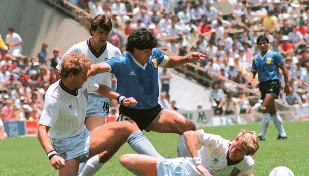 Maradona nell'azione del gran gol all'Inghilterra a Messico 1986. Afp