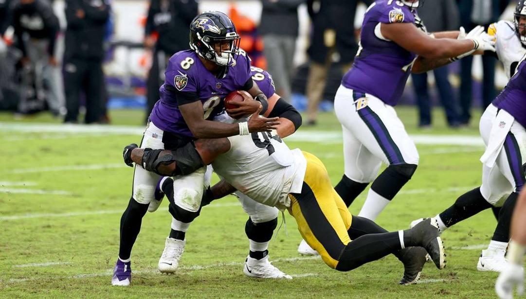 Jackson, quarterback Steelers, fermato da Buggs. AFP