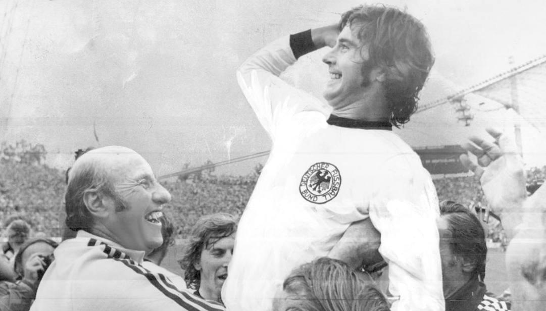 Gerd Muller festeggia con il ct Helmut Schoen la vittoria del Mondiale 1974