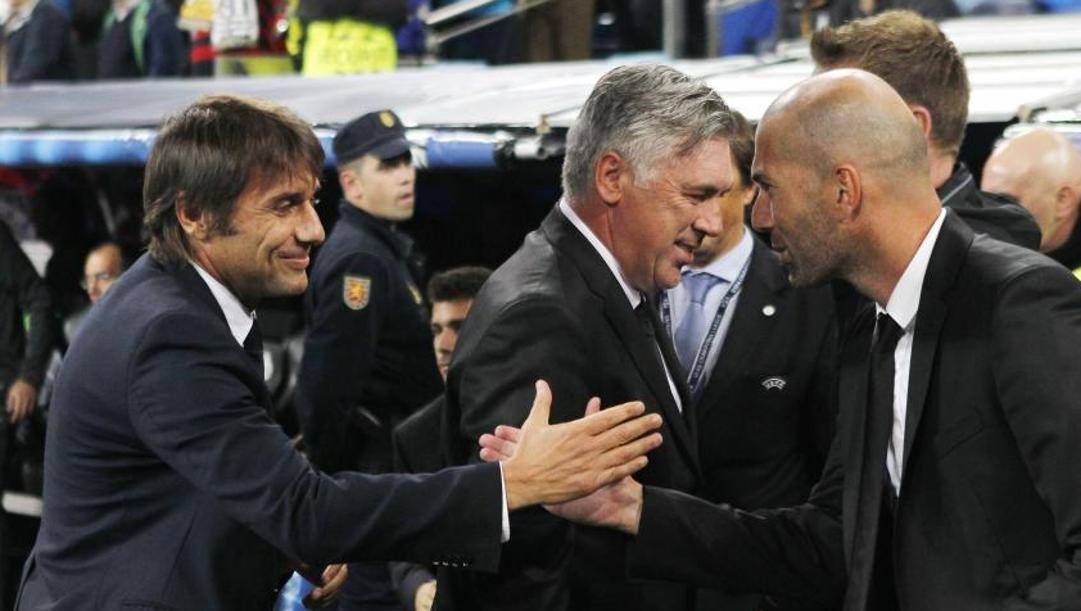 Il saluto tra Antonio Conte, 51 anni, e Zinedine Zidane, 48
