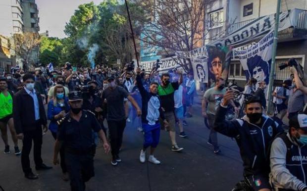 Folla davanti all'ospedale di Buenos Aires dove era ricoverato Maradona. Epa