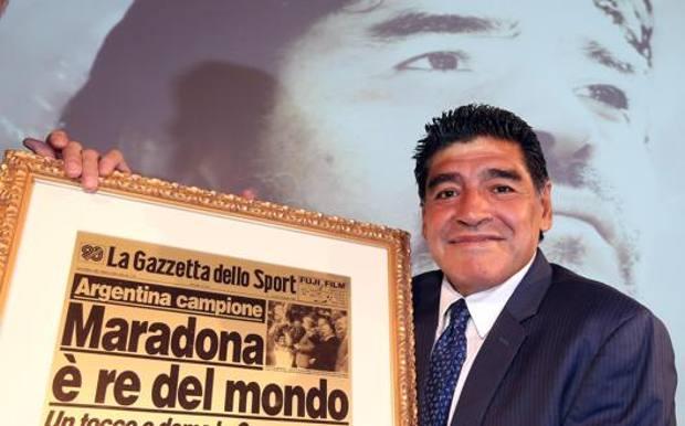 Diego con una storica pagina della Gazzetta. Ansa