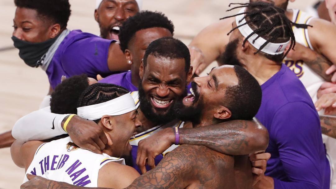 La festa dei Lakers, con LeBron James al centro, per il titolo vinto lo scorso 11 ottobre. Epa