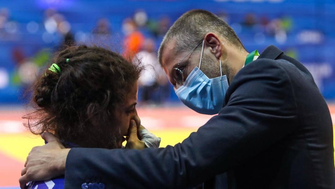 Alessandro Comi, coach e Covid manager azzurro, rincuora Giulia Carnà al termine della finale dei 48 kg