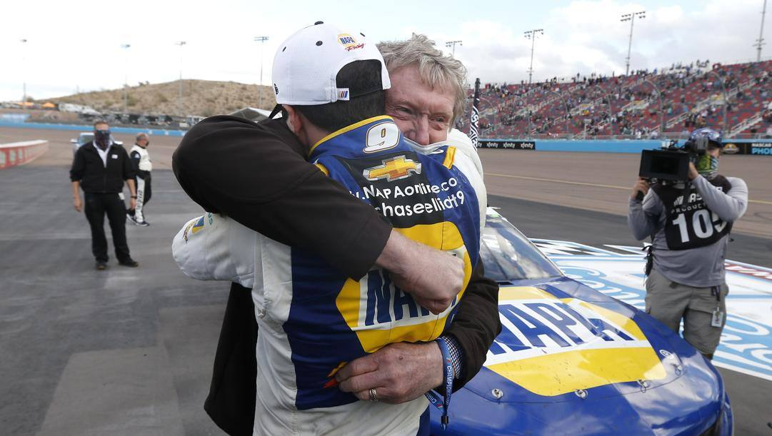 L'abbraccio tra Bill e Chase Elliott. Lapresse