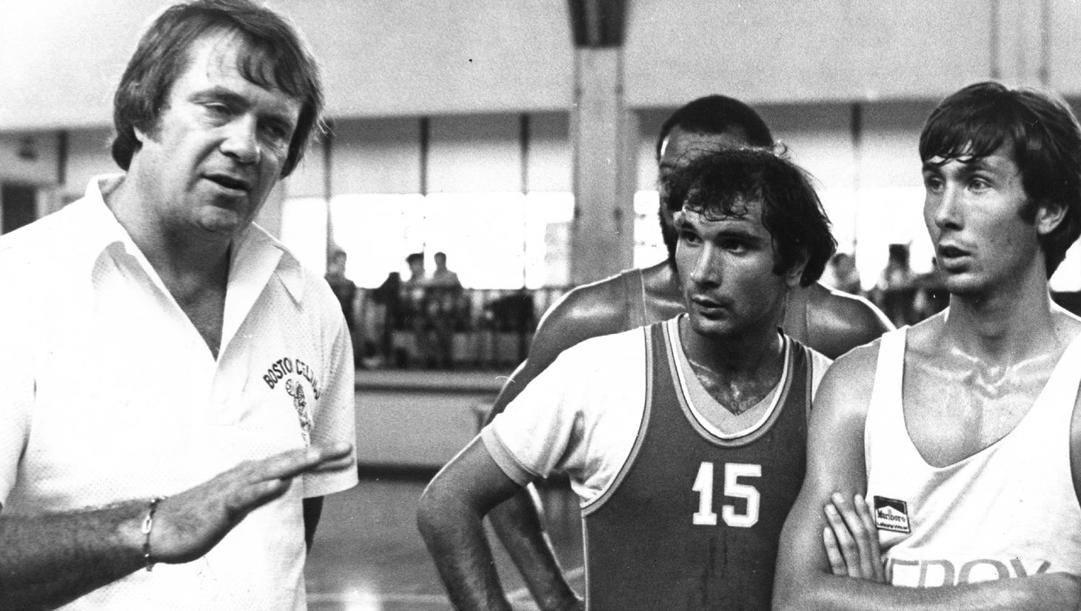 A sinistra Tom Heinsohn  con Maggiotto e Brambilla nella secondaria del Palalido a Milano