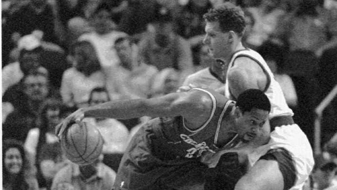 Rusconi nel 1995 difende su Alonzo Mourning. AP
