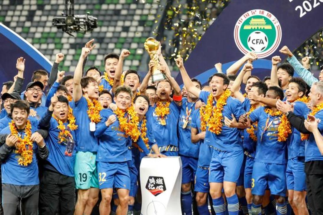 I festeggiamenti in campo dello Jiangsu Suning, campione di Cina. Afp