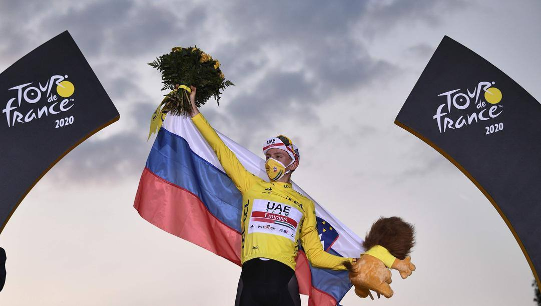 Pogacar festeggia la vittoria del Tour. Afp