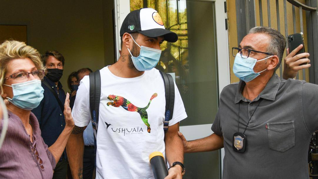 Luis Suarez all'uscita dall'Università per Stranieri di Perugia. Ansa