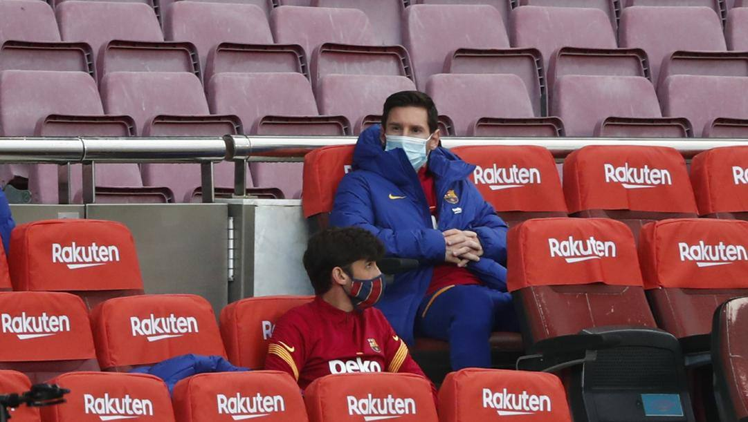Leo Messi in panchina. Lapresse.