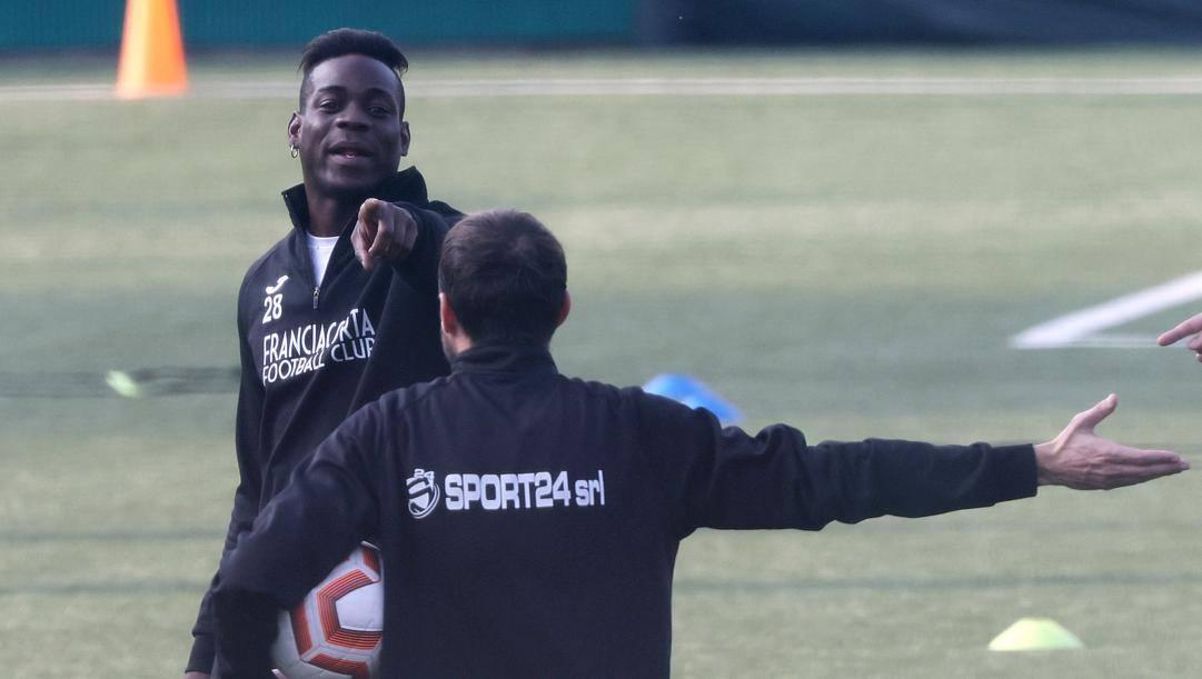Mario Balotelli, 30 anni, mentre si allena col Franciacorta (Serie D). Ansa