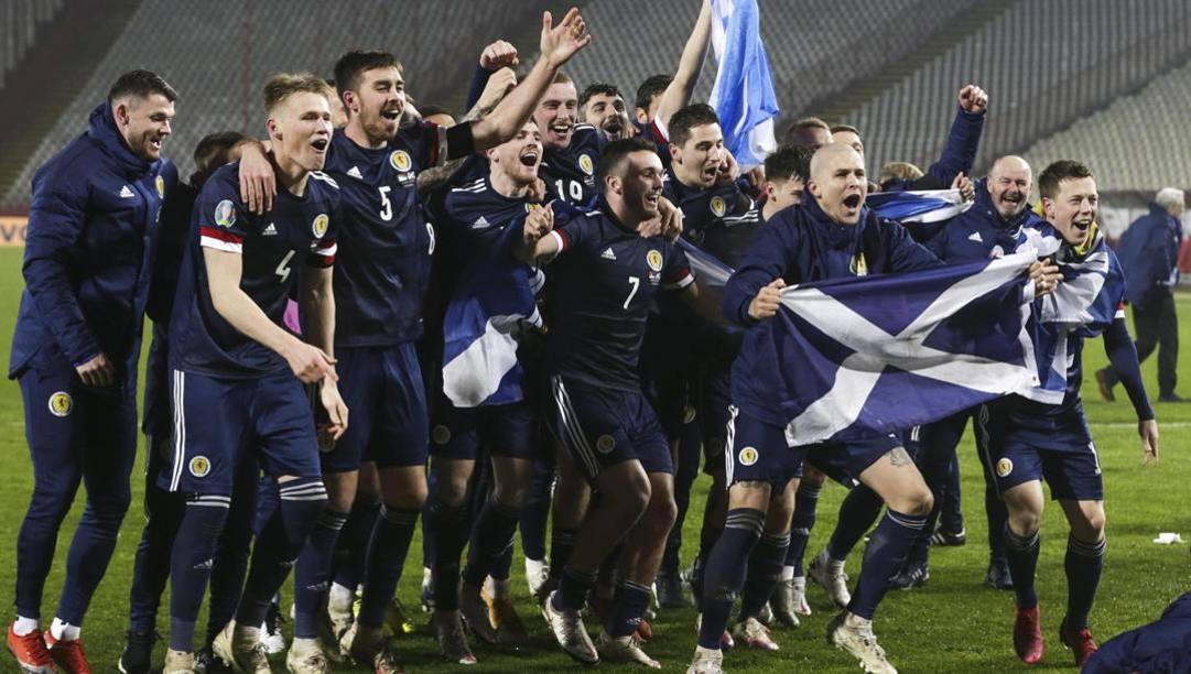 La Scozia festeggia il ritorno all'Europeo dopo il successo ai rigori sulla Serbia. Lapresse