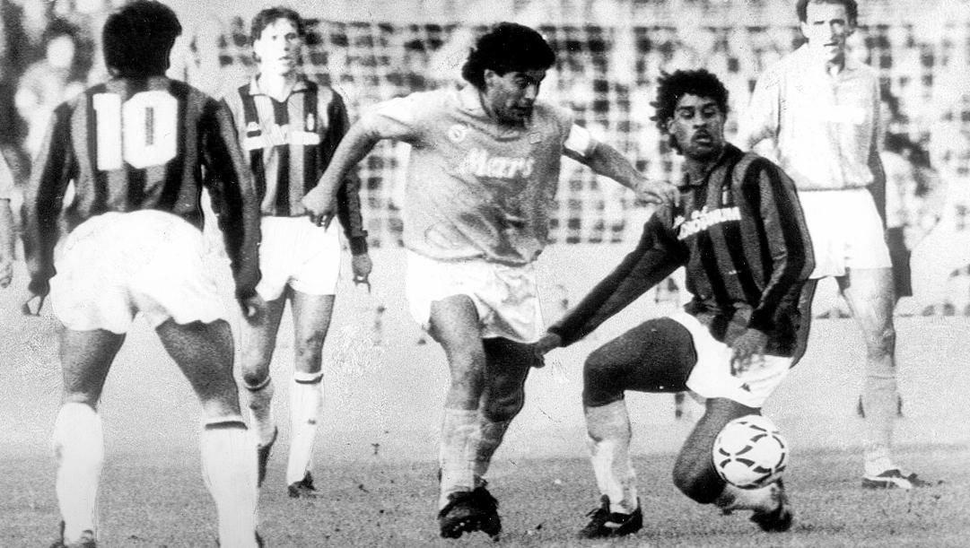 Diego Maradona in azione contro Rijkaard e il Milan. Ansa