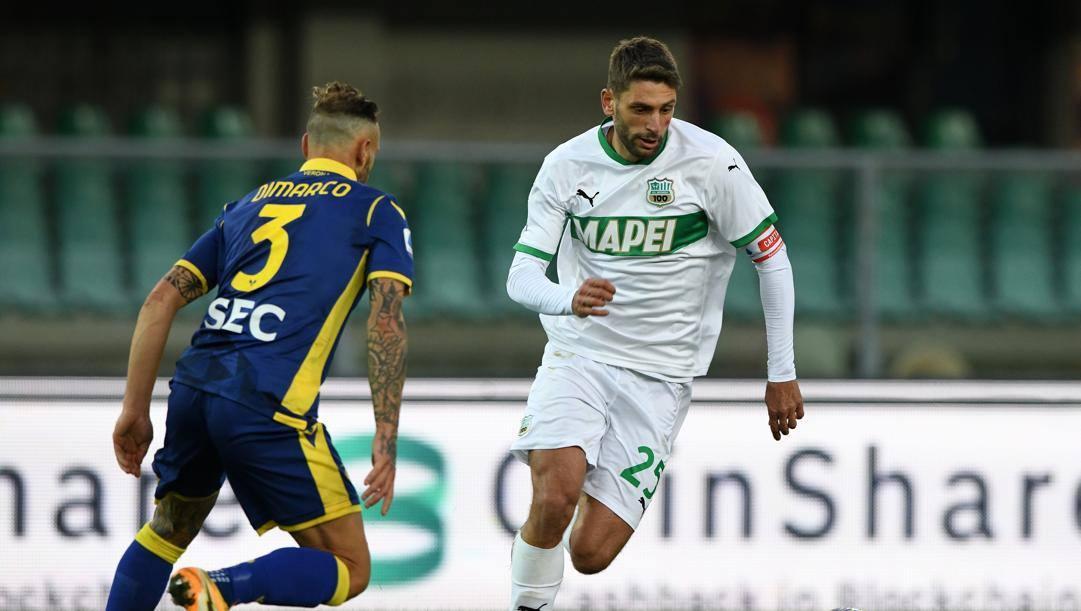 Da sinistra, Dimarco e Berardi durante Verona-Sassuolo (Getty)