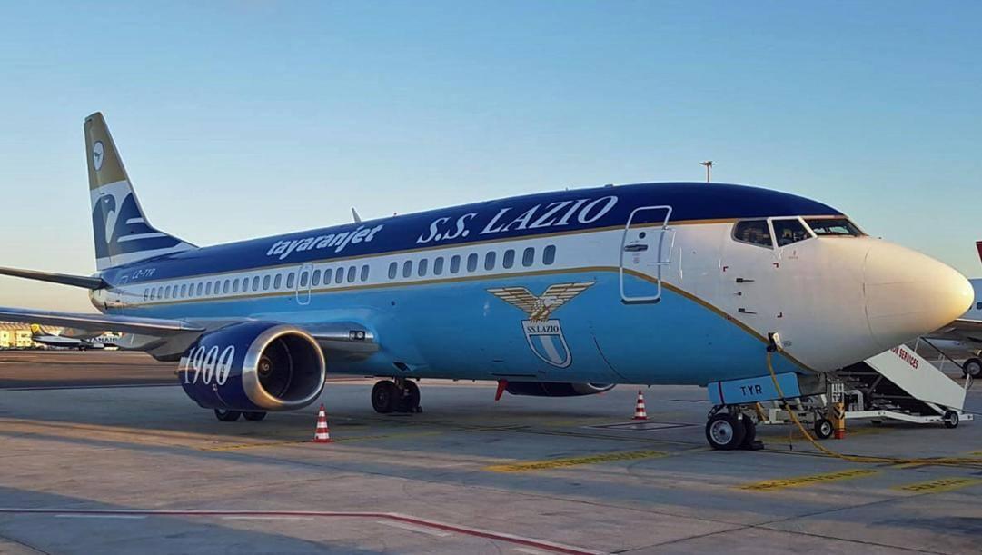 il Boeing 737/300  griffato Lazio. Ansa