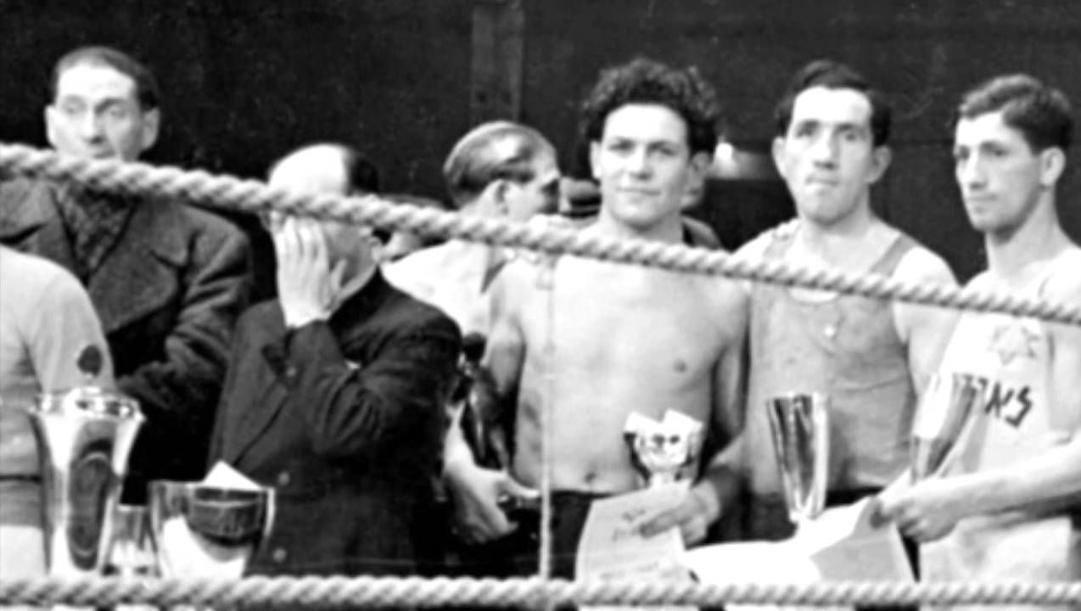 Harry Haft (al centro, a petto nudo) dopo un match