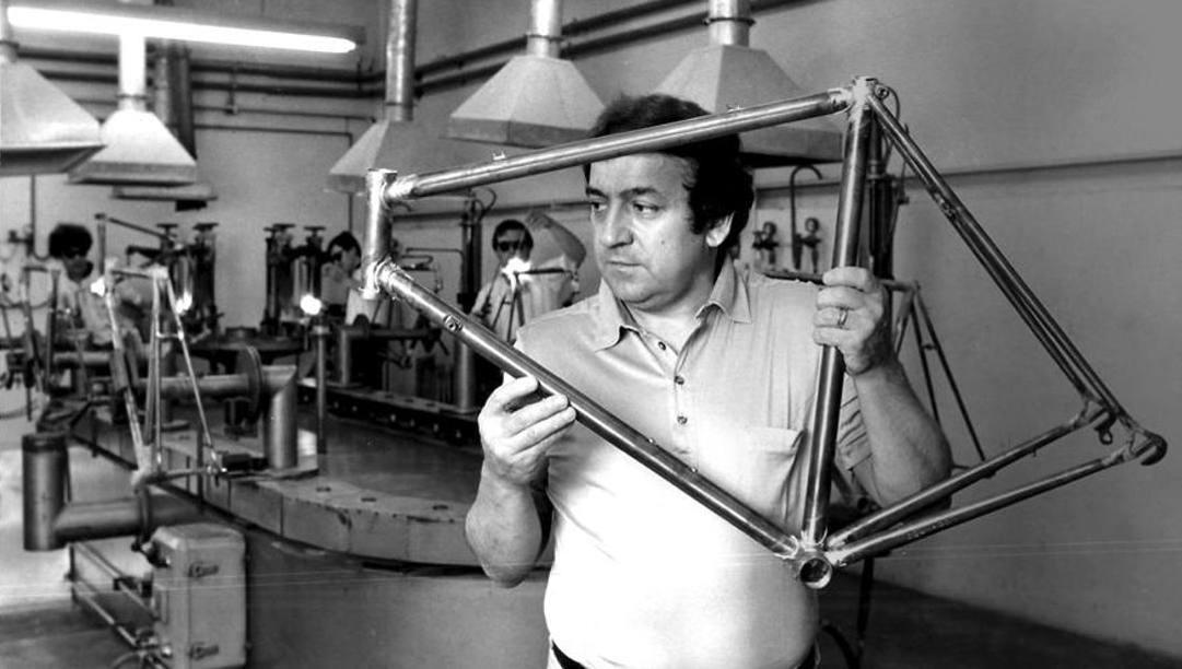 Ernesto Colnago con uno dei suoi telai
