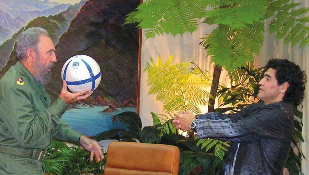 Maradona col suo grande amico Fidel Castro. Afp