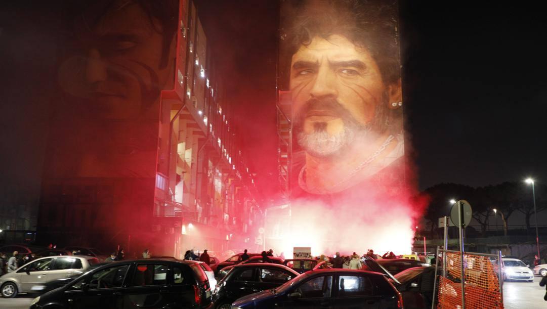 A Napoli tifosi radunati sotto il murale di Maradona. Lapresse