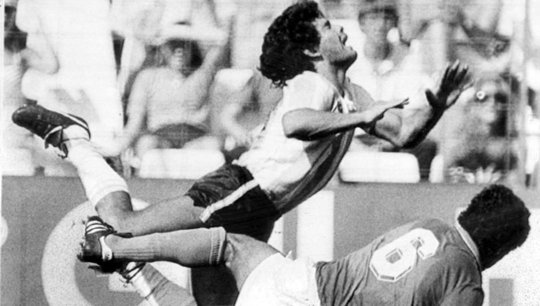 Un'entrata di Claudio Gentile su Maradona al Mondiale 1982. Ap