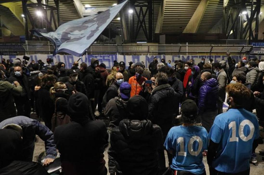 I tifosi accorsi allo stadio San Paolo dopo aver appreso la notizia della morte di Diego Armando Maradona  . Lapresse