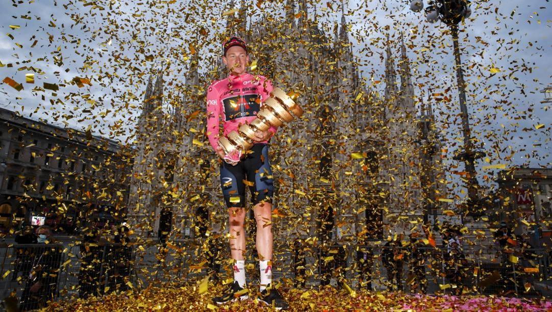 Tao Geoghegan Hart, 25 anni, in Piazza Duomo a Milano con la maglia rosa del Giro. Bettini