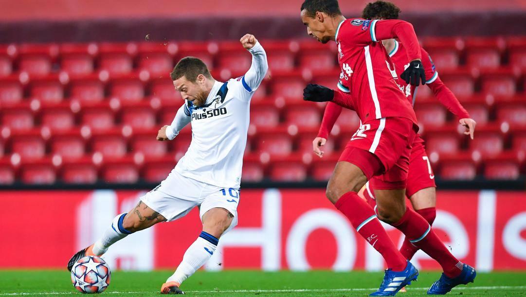 Papu Gomez in azione contro il Liverpool. Getty