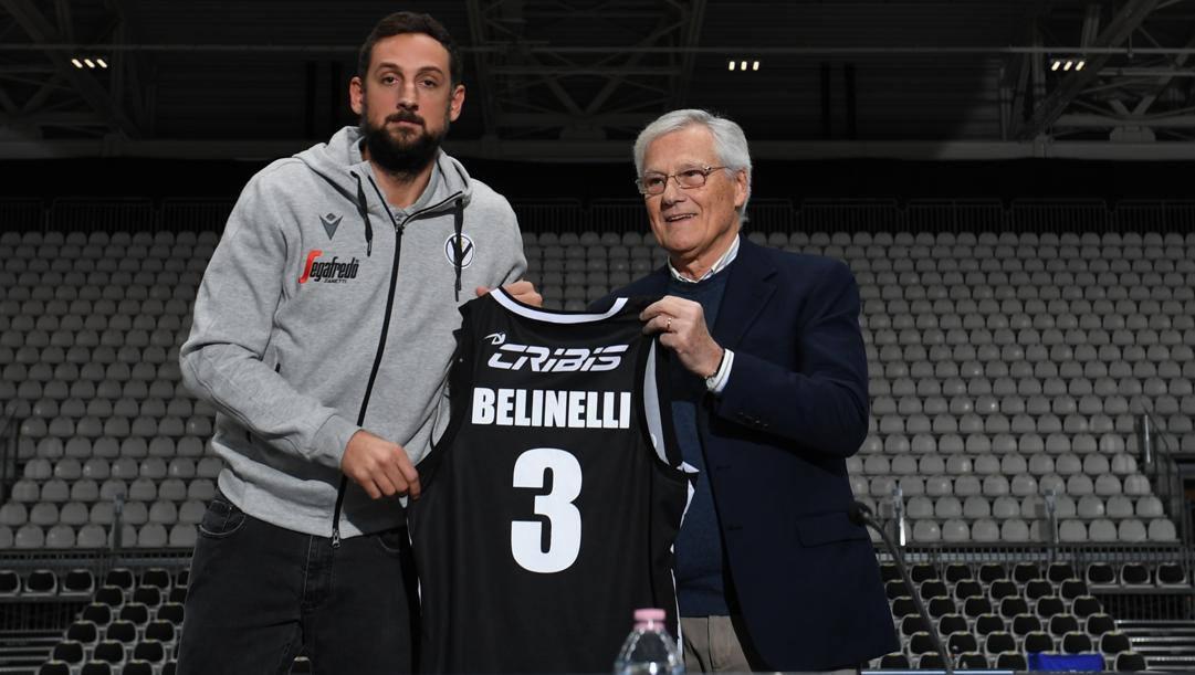 Marco Belinelli mostra la sua nuova numero 3 della Virtus con patron Massimo Zanetti. Ciam/Cast