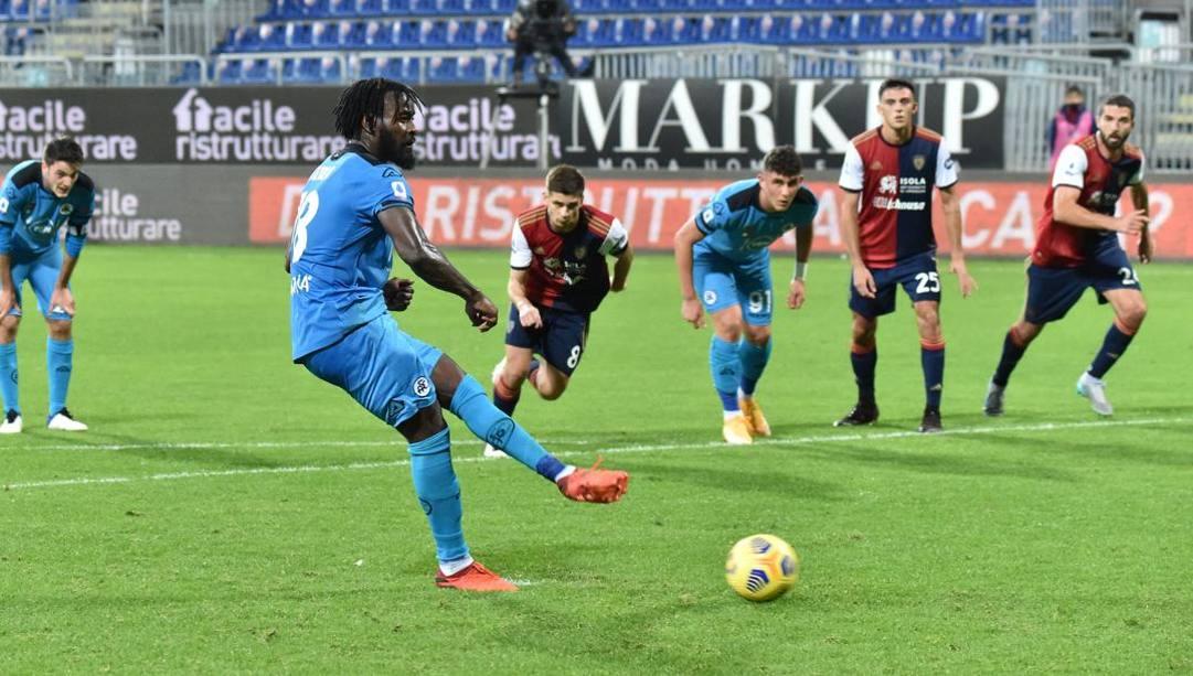 Il rigore di Nzola a Cagliari al 92'. Ciamillo e Castoria
