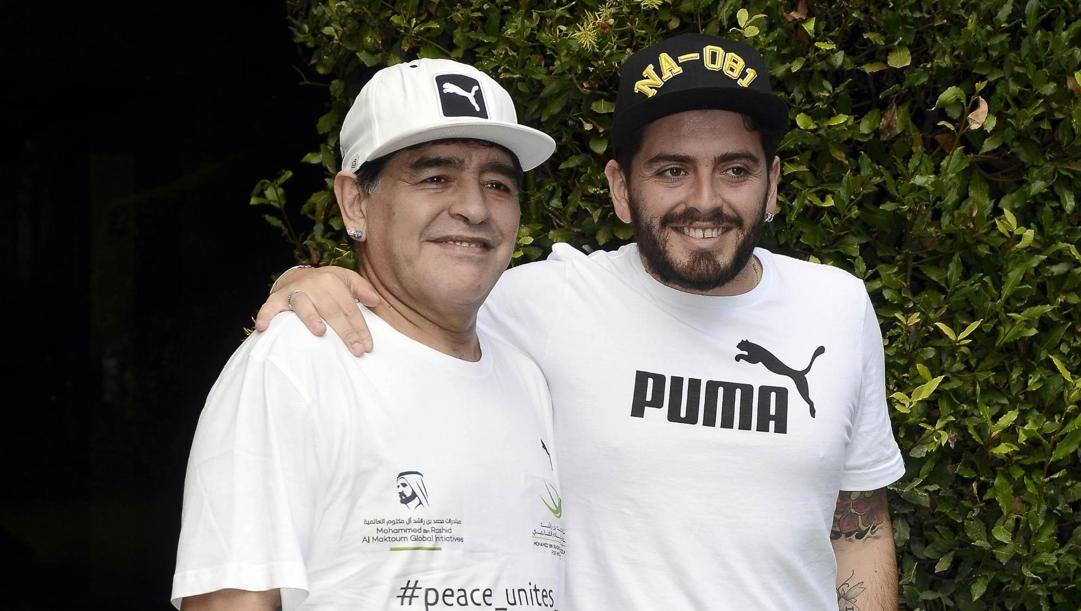 Diego Maradona e il figlio Diego jr., riconosciuto solo nel 2007. Ansa