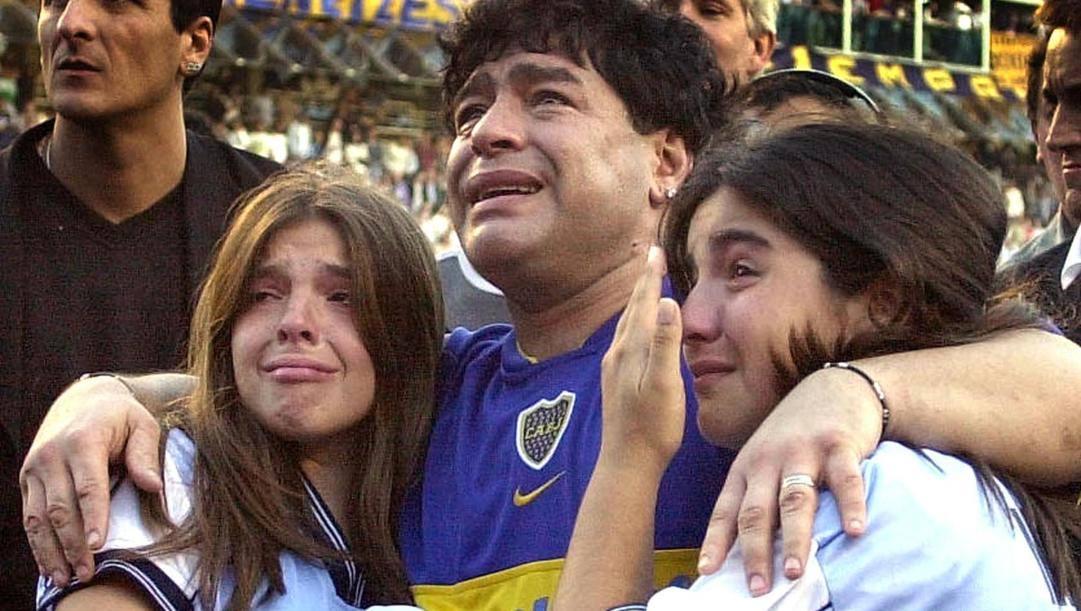 Diego Maradona con le figlie Gianinna e Dalma nel 2001. Ansa