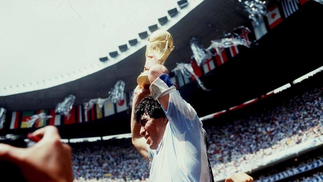 Diego Maradona con la Coppa del Mondo nel 1986. Getty