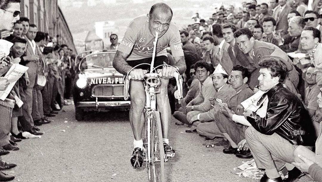 Fiorenzo Magni al Giro del 1956 continua a pedalare con la clavicola rotta