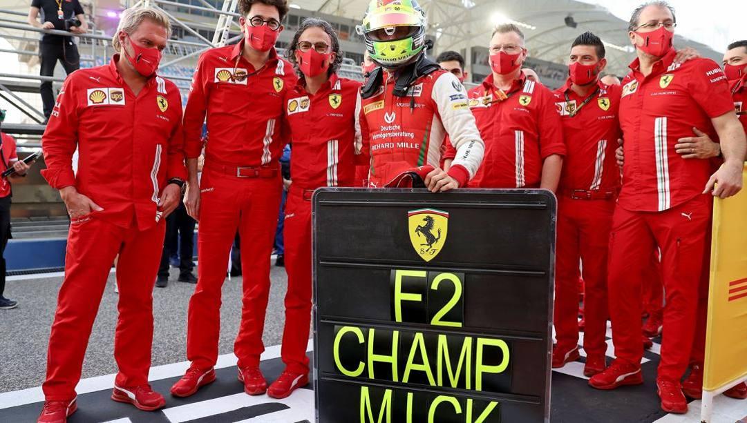 Mick Schumacher con i ferraristi:  da sinistra Gino Rosato, Mattia Binotto e Laurent Mekies