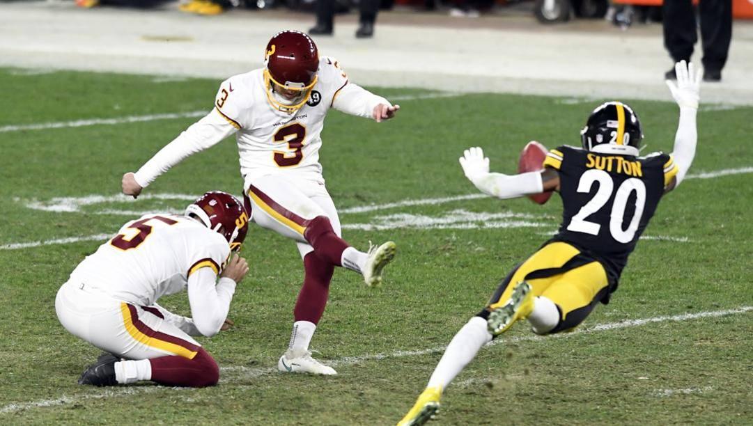 Dustin Hopkins in uno dei field goal contro gli Steelers. Ap