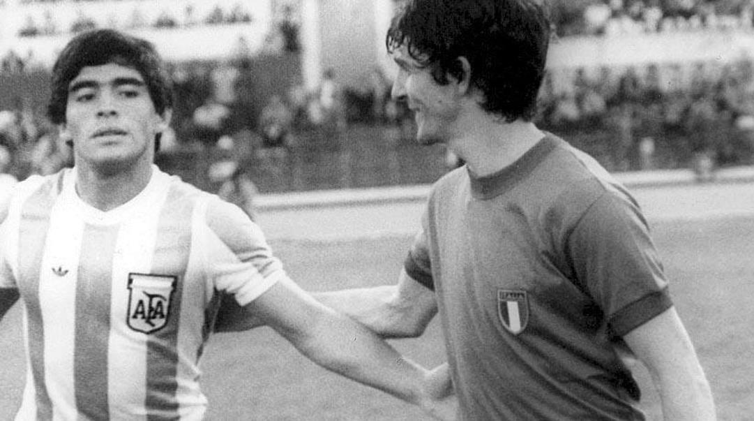 Diego Maradona con Paolo Rossi.