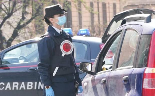 Mostra ai carabinieri la tessera del supermercato: era ubriaco