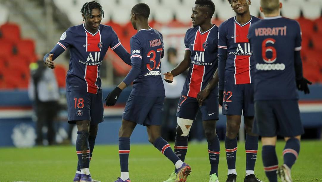 Kean, a sinistra, festeggiato dopo il gol. LaPresse