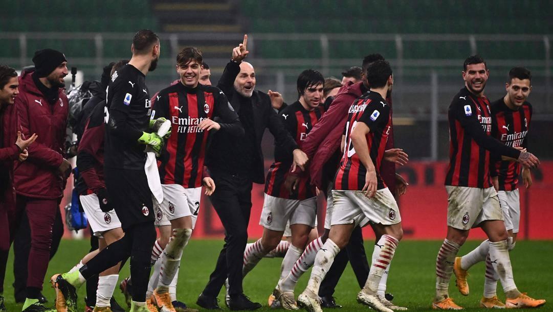 L'esultanza di Pioli (al centro) e i giocatori del Milan. Afp
