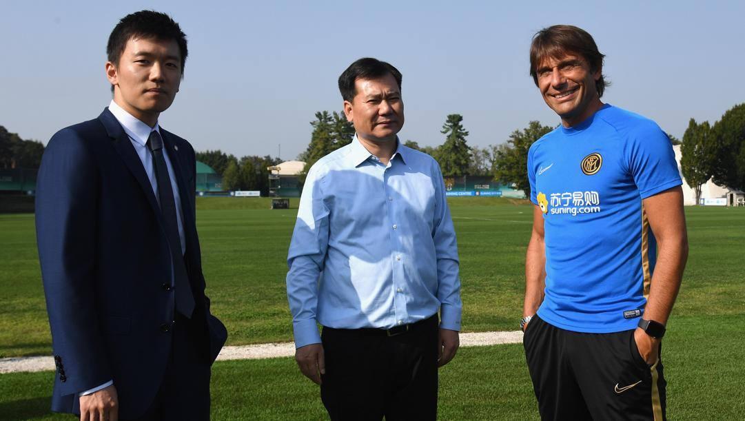 Zhang Jindong tra il figlio Steven e Antonio Conte. Getty