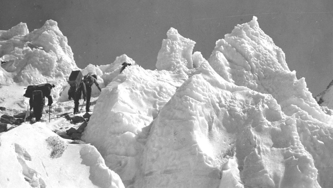 """Un gruppo di alpinisti sul """"Crestone Abruzzi"""""""